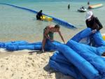 Technicians install 100 meters of anti-jellyfish nets on the beach in Hammamet PHOTO AFP © EU/NEIGHBOURHOOD INFO CENTRE